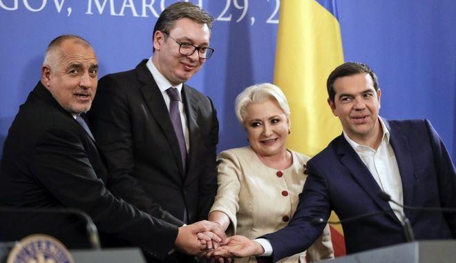 Από δεξιά ο Έλληνας πρωθυπουργός Αλέξης Τσίπρας, η Ρουμάνα ομόλογός του Βιορίκα Νταντσίλα, ο Σέρβος πρόεδρος Αλεξάνταρ Βούτσιτς και ο Βούλγαρος πρωθυπουργός Μπόικο Μπορίσοφ σε συνάντησή τους στη Ρουμανία