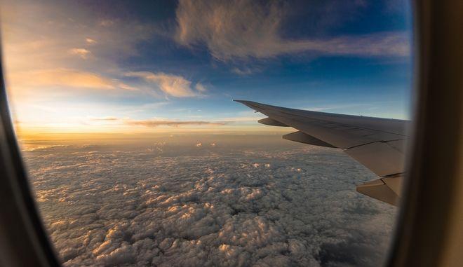 Η θέα από το παράθυρο αεροπλάνου εν πτήσει
