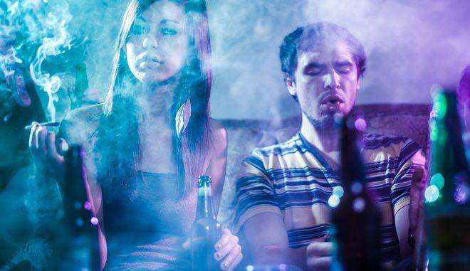 Έφηβοι που πίνουν αλκοόλ και καπνίζουν