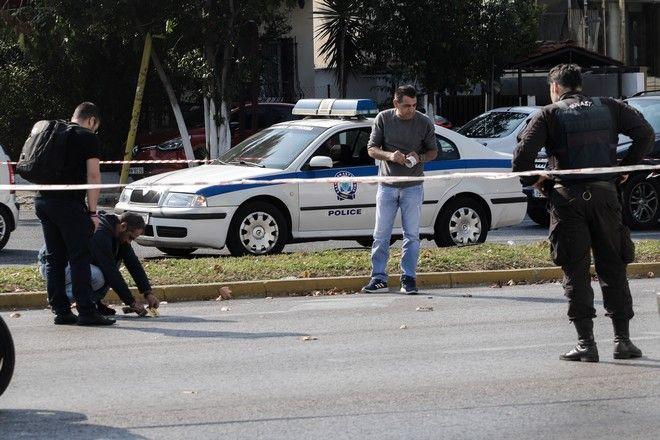 Άνδρες της αστυνομίας συλλέγουν τα στοιχεία