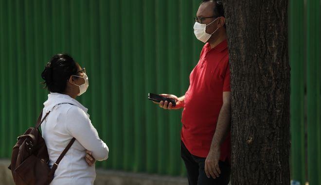 Συγγενής ασθενούς έξω απο νοσοκομείο στο Μεξικό.