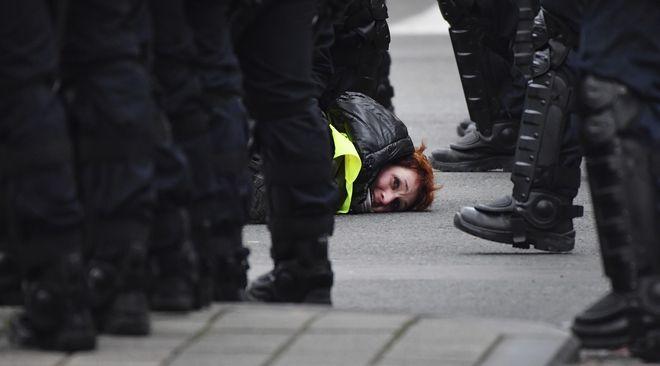 Υπό σύλληψη διαδηλώτρια στις Βρυξέλλες