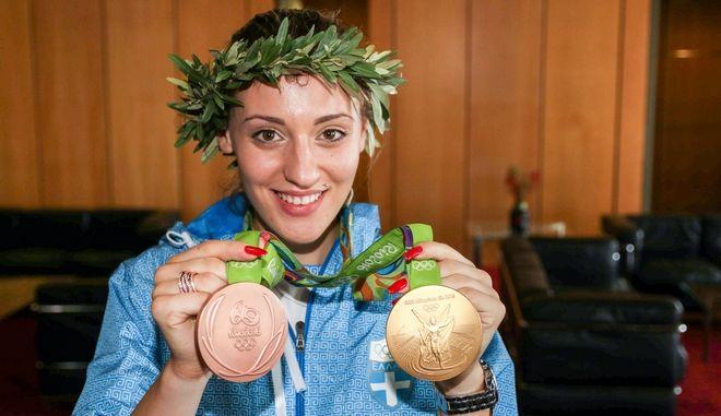 Η Άννα Κορακάκη με τα Ολυμπιακά της μετάλλια