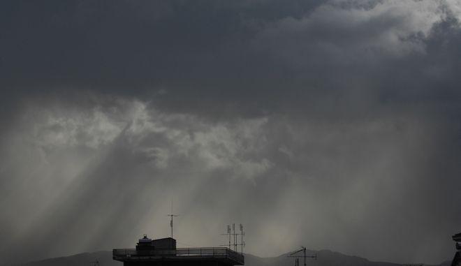 Αχτίδες του ήλιου διαπερνούν τα σύννεφα πάνω από την πόλη των Τρικάλων. (EUROKINISSI/ΘΑΝΑΣΗΣ ΚΑΛΛΙΑΡΑΣ)