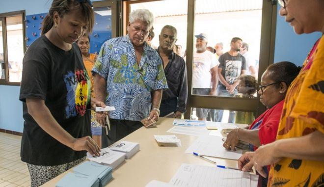 Ψηφοφόροι προσέρχονται στις κάλπες