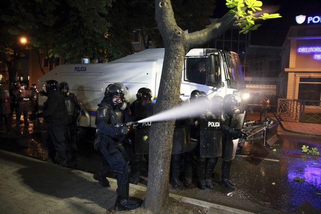 Αστυνομικοί χρησιμοποιούν χημικά και αντλίες νερού κατά των διαδηλωτών στα Τίρανα