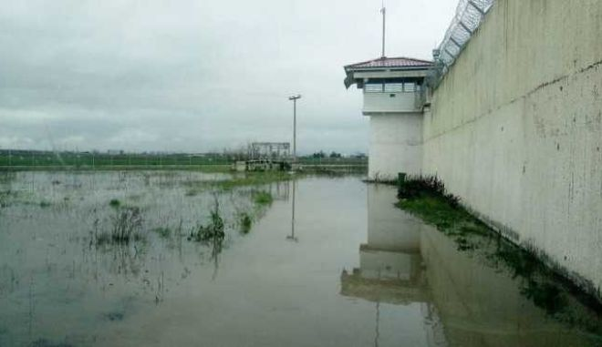 Πλημμύρισαν μέχρι και οι φυλακές Τρικάλων