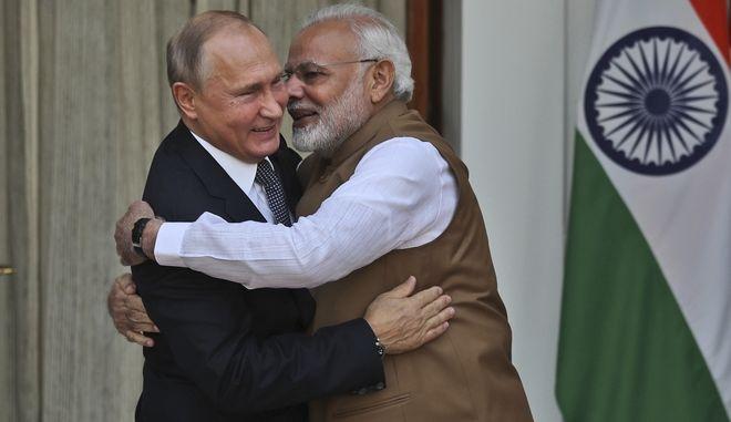 Ο Πρωθυπουργός της Ινδίας και ο Ρώσος Πρόεδρος κατά την επίσκεψη  του τελευταίου στο Νέο Δελχί όπου και ανακοινώθηκε η συμφωνία για τους S-400