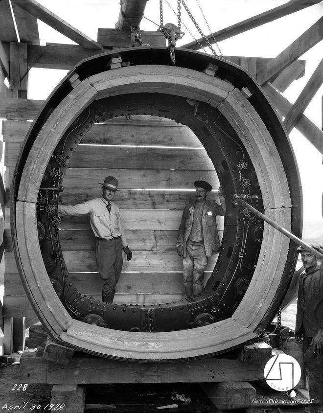 Μηχανικός και εργάτης του έργου φωτογραφίζονται στο μεγάλο μεταλλικό δακτύλιο  που χρησιμοποιήθηκε για την κατασκευή της Σήραγγας του Μπογιατίου, 1928
