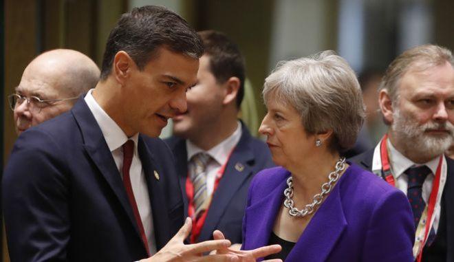 Η βρετανίδα πρωθυπουργός Τερέζα Μέι και ο ισπανός ομόλογός της Πέδρο Σάντσεθ