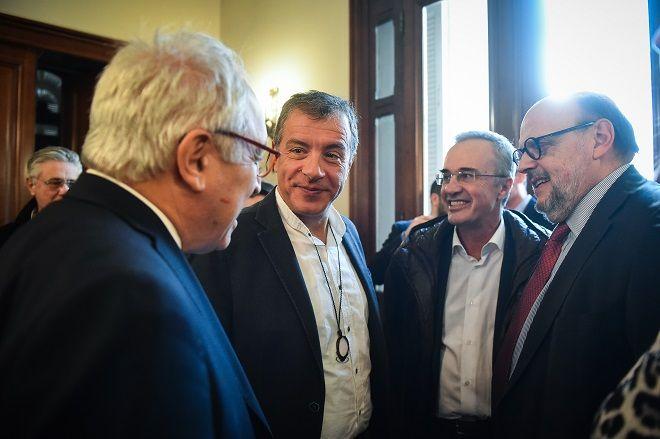 Στιγμιότυπο από την παρουσίαση του βιβλίου του δημοσιογράφου Γιώργου Λακόπουλου. Στην φωτό ο Σταύρος Θεοδωράκης, ο Ευάγγελος Αντώναρος και ο δημοσιογράφος Γιάννης Πολίτης.