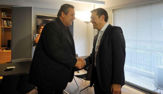 """Συνάντηση του προέδρου του ΣΥΡΙΖΑ Αλέξη Τσίπρα με τον πρόεδρο των """"Ανεξάρτητων Ελλήνων"""" Πάνο Καμμένο την Δευτέρα 21 Σεπτεμβρίου 2015, στα γραφεία του ΣΥΡΙΖΑ στην πλ. Κουμουνδούρου. (EUROKINISSI/ΤΑΤΙΑΝΑ ΜΠΟΛΑΡΗ)"""