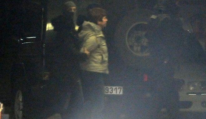 Η Πόλα Ρούπα μεταφέρεται από αστυνο0μικούς της Αντιτρομοκρατικής στο Εφετείο ενώπιον του εισαγγελέα εκτέλεσης ποινών για να εκτελεστούν τα εντάλματα σύλληψης την Πέμπτη 5 Ιανουαρίου 2017. (EUROKINISSI/ΤΑΤΙΑΝΑ ΜΠΟΛΑΡΗ)