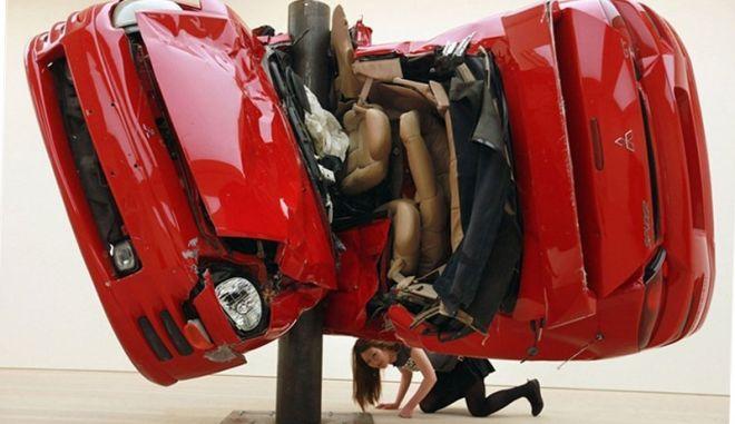 Έκθεση με τρακαρισμένα αυτοκίνητα από τον Dirk Skreber, προκαλεί σοκ
