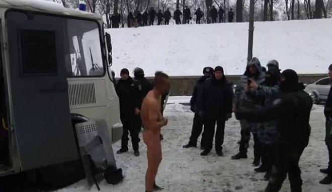 Βίντεο: Χτυπούν και εξευτελίζουν διαδηλωτή στην Ουκρανία. Γυμνός στους -14 βαθμούς Κελσίου