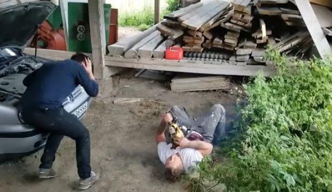 Τραβηγμένη φάρσα: Λιποθυμά στη θέα του φίλου του να 'σκοτώνεται'