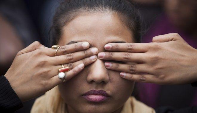 Διαδηλώσεις και δράσεις για τον ομαδικό βιασμό της 23χρονης φοιτήτριας σε λεωφορείο στην Ινδία