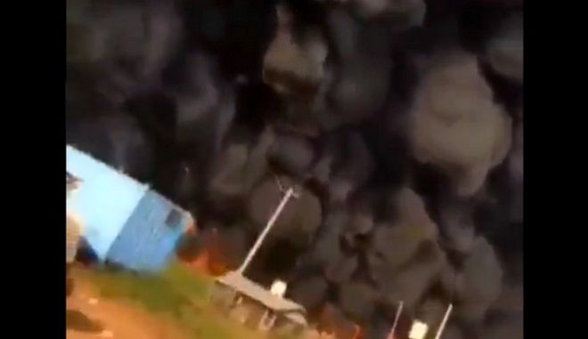 """Νιγηρία: Βυτιοφόρο """"τυλίχτηκε"""" στις φλόγες - 23 νεκροί"""