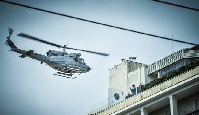 Ελικόπτερο της Πολεμικής Αεροπορίας πραγματοποιεί δοκιμαστική διέλευση πάνω από την Αθήνα