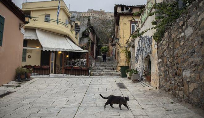 Άδειοι δρόμοι στην Πλάκα, στην καρδιά της Αθήνας, εν μέσω του Lockdown