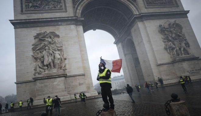 """Στιγμιότυπο από κινητοποίηση των """"κίτρινων γιλέκων"""" στο Παρίσι"""