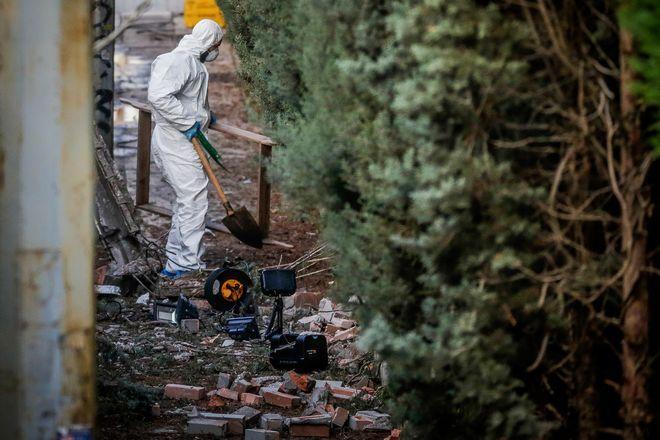 Κλιμάκιο του ΤΕΕΜ ερευνά το σημείο όπου εξερράγη η βόμβα στον ΣΚΑΪ
