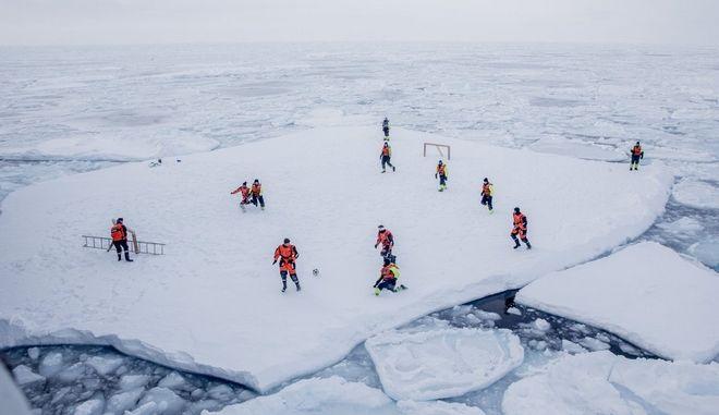 Αγώνας ποδοσφαίρου σε παγόβουνο με θεατές πολικές αρκούδες