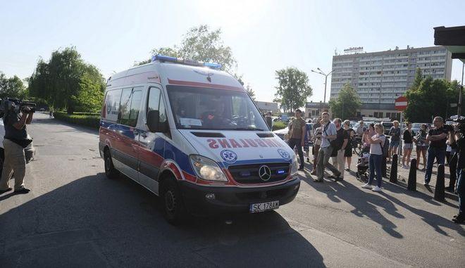 Ασθενοφόρα μεταφέρουν τραυματίες μετά την κατάρρευση