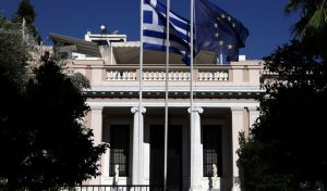 Κυβερνητικός αξιωματούχος: Ο Μητσοτάκης ως παράφωνη ηχώ του παραληρούντος Σαμαρά