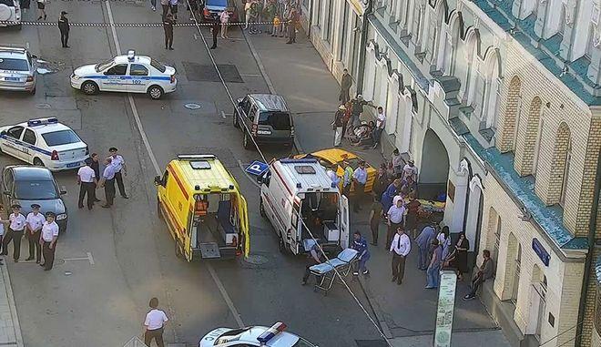 Σκηνή λίγα λεπτά αφότου το ταξί έπεσε πάνω στους πεζούς, στη Μόσχα