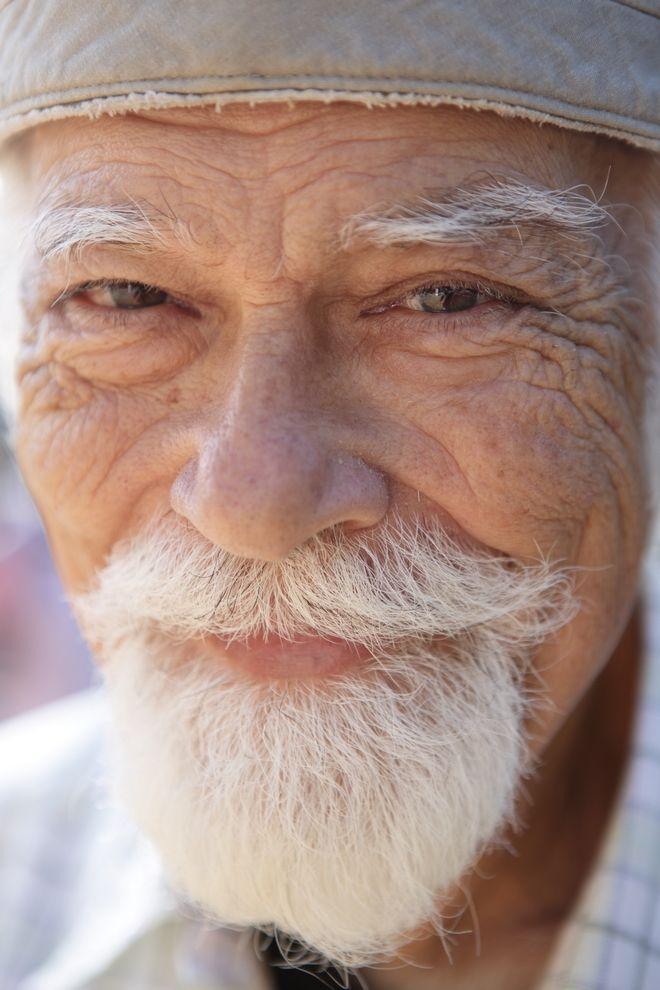 Ο 79χρονος Νίκος Αθανασιάδης προσφέρθηκε πριν από τρία χρόνια να φροντίσει την πρώην σύζυγό του πάσχει από Alzheimer.
