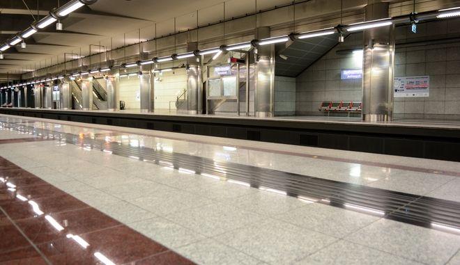 Αποβάθρα σταθμού του μετρό - Φωτογραφία αρχείου