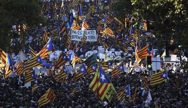 Καταλονία: Αυτονομία τέλος - 450.000 άνθρωποι στους δρόμους