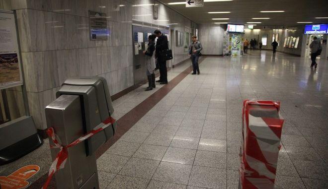 19-4-2011-ΑΘΗΝΑ-ομάδα κουκουλοφόρων εισέβαλαν στο σταθμό του Μετρό στο ΦΙΞ και με λοστούς και σφυριά έσπασαν τα ακυρωτικά μηχανήματα και εξαφανίστηκαν.(EUROKINISSI-ΓΙΑΝΝΗΣ ΠΑΝΑΓΟΠΟΥΛΟΣ)
