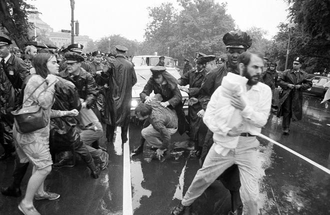 Η αστυνομία διαλύει μια ομάδα διαδηλωτών κατά του πολέμου στο Βιετνάμ, 1968.