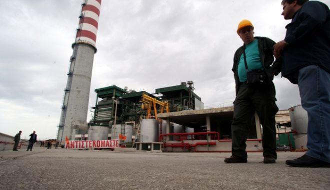 4-5-2011-ΠΕΙΡΑΙΑΣ-ΚΕΡΑΤΣΙΝΙ-Εκδήλωση διαμαρτυρίας κατά της περαιτέρω μετοχοποίησης της επιχείρησης πραγματοποιούν στη μονάδα ηλεκτροπαραγωγής του Κερατσινίου,οι συνδικαλιστές της ΔΕΗ έχουν ανέβει στην καμινάδα του  εργοστασίου.(EUROKINISSI-ΓΙΑΝΝΗΣ ΠΑΝΑΓΟΠΟΥΛΟΣ)