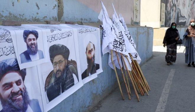 Αφίσες με τους ηγέτες των Ταλιμπάν στην Καμπούλ