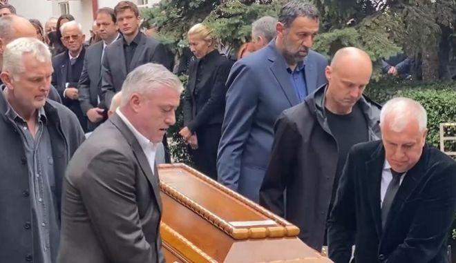 """Ντούσαν Ίβκοβιτς: Συγκλονιστικές στιγμές στην κηδεία που """"ένωσε"""" τη Γιουγκοσλαβία"""