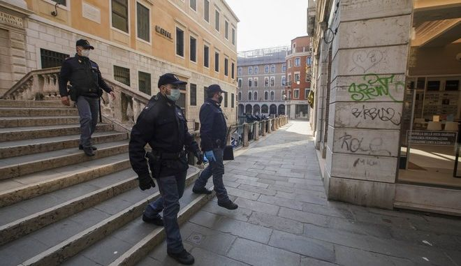 Αστυνομικοί με μάσκες στην Ιταλία