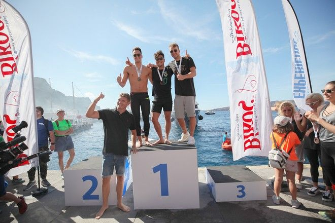 Οι τρεις πρώτοι κολυμβητέςς στον αγώνα κολύμβησης open water by Vikos με τον αργυρό Ολυμπιονίκη Σπύρο Γιαννιώτη