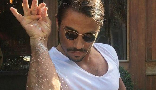 Salt Bae: Μπλεξίματα με το υγειονομικό στη Νέα Υόρκη, έχει ο Τούρκος σεφ