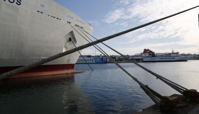 Δεμένο πλοίο στο λιμάνι του Πειραιά μετά την κήρυξη πανελλαδικής απεργίας από την ΠΝΟ, Δευτέρα 5 Δεκεμβρίου 2106. (EUROKINISSI/ΣΤΕΛΙΟΣ ΜΙΣΙΝΑΣ)