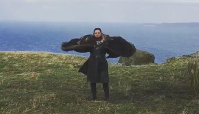 Game of Thrones: Ο Jon Snow νομίζει πως είναι δράκος και η Daenerys γελά