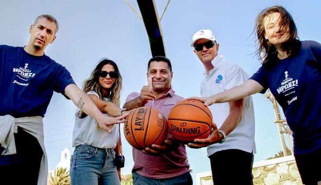 Ο Δήμαρχος της Σικίνου και ο Δημήτρης Διαμαντίδης με την ομάδα της Kaizen Gaming και την +πλευση