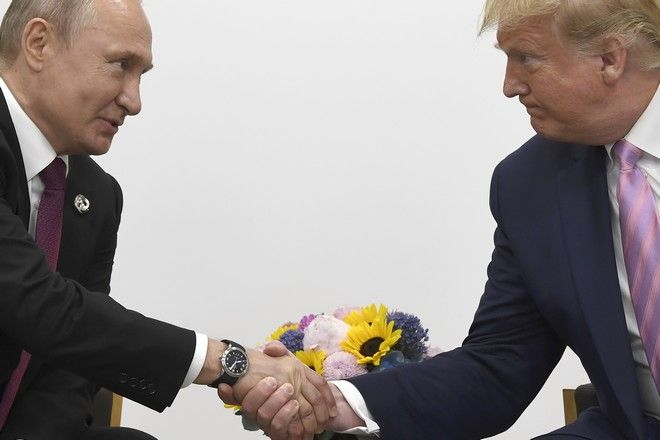 Χειραψία του Ντόναλντ Τραμπ και του Βλαντίμιρ Πούτιν