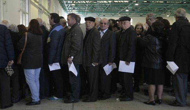Εκλογές για την ανάδειξη νέου προέδρου στη Νέα Δημοκρατία την Κυριακή 20 Δεκεμβρίου 2015. Το στιγμιότυπο από το εκλογικό τμήμα στο Εκθεσιακό Κέντρο Περιστερίου. (EUROKINISSI/ΣΤΕΛΙΟΣ ΣΤΕΦΑΝΟΥ)