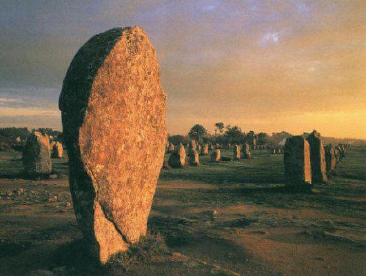 Μηχανή του Χρόνου: Το μυστήριο με τις χιλιάδες πέτρες που στέκονται στοιχισμένες σε ομάδες