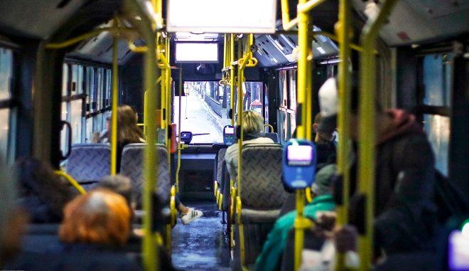 Στιγμιότυπο μέσα από ένα λεωφορείο στην Αθήνα.