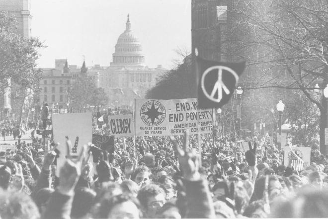 Με το αμερικανικό Καπιτώλιο στο παρασκήνιο, οι διαδηλωτές βαδίζουν κατά μήκος της λεωφόρου της Πενσυλβανίας σε μια διαμαρτυρία κατά του Πολέμου κατά του Βιετνάμ στην Ουάσιγκτον