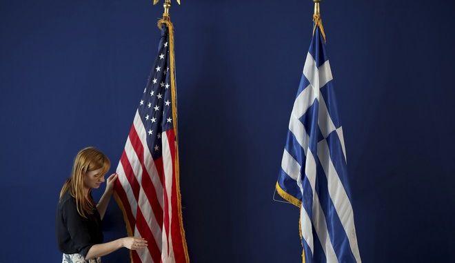 Οι σημαίες των ΗΠΑ και της Ελλάδος